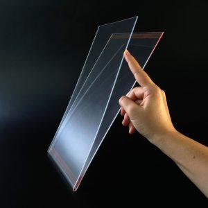 A4-Tasche aus Acrylglas mit Klebestreifen