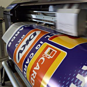Digitaldrucker im Einsatz für IQ Tankstellen