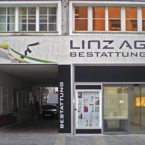 Lichtreklame für LINZ AG Bestattung auf der Linzer Landstraße bei Tageslicht